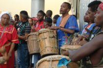 ©Erika Harzer-130129-M-Miranda-mit Garifuna-Tambores vor Kongress TGU